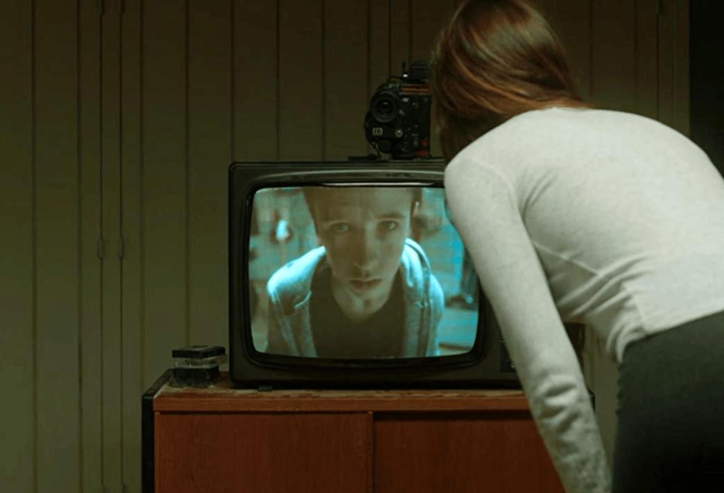 Девушка пытается спасти мальчика, жившего 25 лет назад